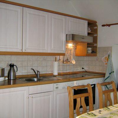 Weiße Landhausküche mit Miele-Geräten